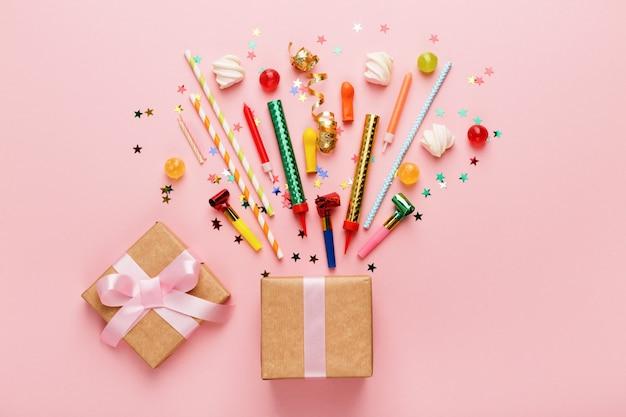 Geburtstagsfeierhintergrund mit geschenk und lutschern