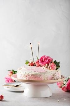 Geburtstagsfeierkonzept mit rosafarbenem weißen kuchen verziert mit rosa rosen, selektives fokusbild