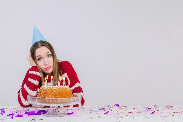 Geburtstagsfeierkonzept mit traurigem mädchen