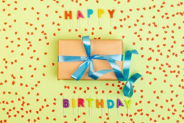 Geburtstagsgeschenk, umgeben von konfetti