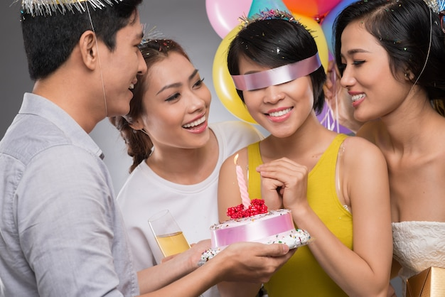 Geburtstagskind mit verbundenen augen