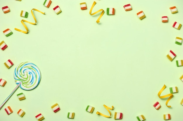 Geburtstagskonzept - feiertags-draufsicht verschiedene süße süßigkeiten auf weißem hintergrund. spaß dekoration. minimales urlaubskonzept. flache lage