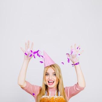 Geburtstagskonzept mit mädchen und konfetti
