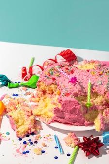 Geburtstagskonzept mit zertrümmertem kuchen