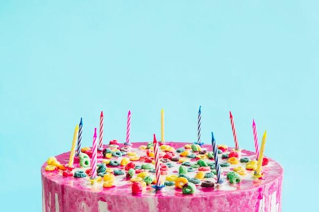 Geburtstagskuchen auf blauem hintergrund