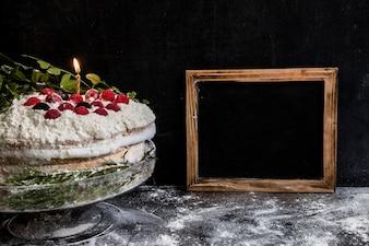 Geburtstagskuchen mit Kerzen verziert