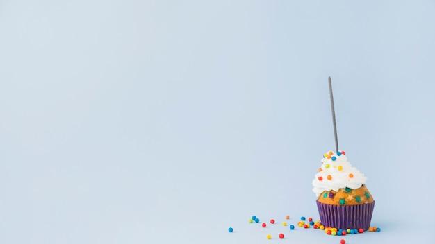 Geburtstagskuchen mit wunderkerze