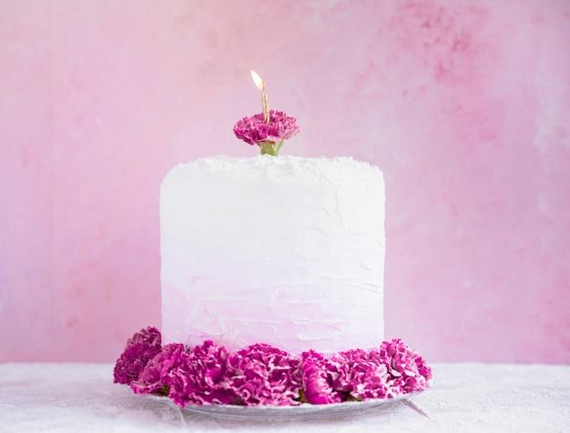 Geburtstagskuchen vor aquarellhintergrund