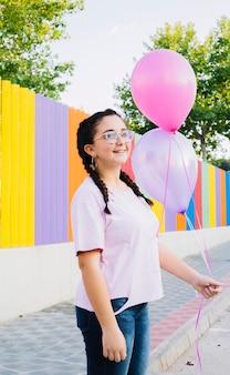 Geburtstagsmädchen, das ballone hält