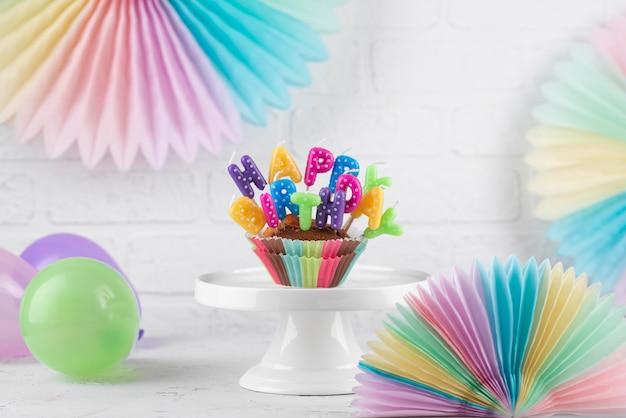 Geburtstagsparty-elemente und cupcake