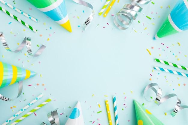 Geburtstagsparty. festliche mützen, konfetti und luftschlangen
