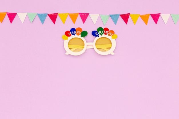 Geburtstagsrahmen mit kopieraum auf rosa hintergrund