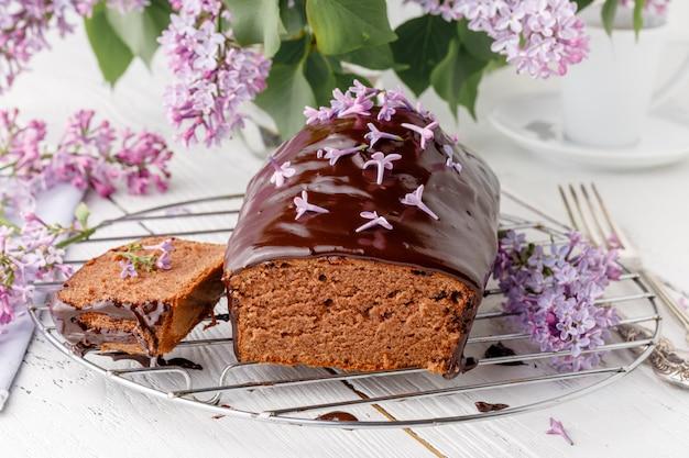 Geburtstagsschokoladenkuchen mit fliederstrauß