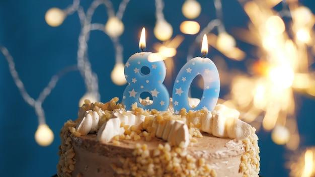Geburtstagstorte mit 80 kerzen und brennender wunderkerze