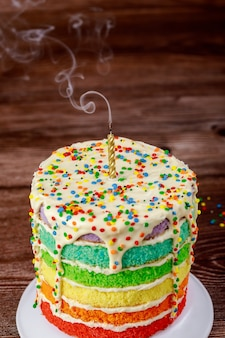 Geburtstagstorte mit ausblaskerze und rauch. nahaufnahme.