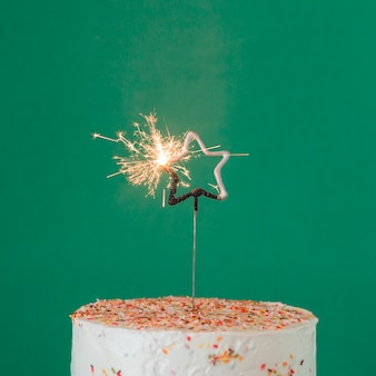 Geburtstagstorte mit beleuchteter wunderkerze