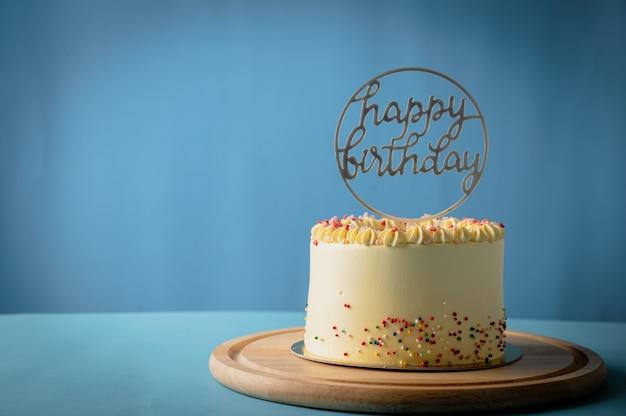 Geburtstagstorte mit happy birthday tag auf buntem konzept der kuchendekoration,