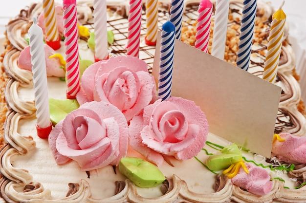 Geburtstagstorte mit kerzen lokalisiert auf weißem hintergrund