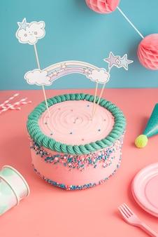 Geburtstagstorte papiergläser und strohhalme für eine party