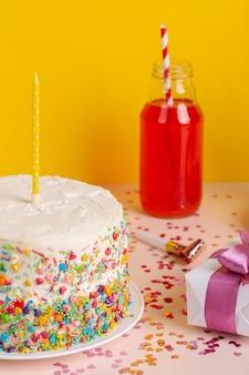 Geburtstagstorte und geschenk-arrangement