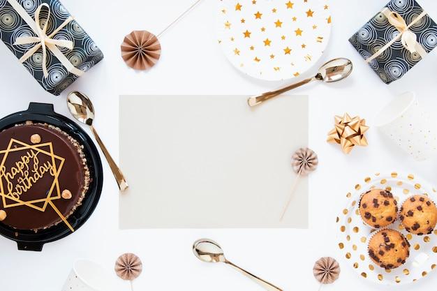Geburtstagstorte und kekse mit leeren geburtstagseinladung