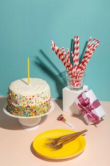 Geburtstagstorte und teller mit hohem winkel