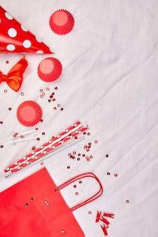 Geburtstagswohnung, draufsicht und kopierraum für text, rahmen oder hintergrund mit roten festivalgegenständen, partyhüten und luftschlangen, geburtstags- oder partygrußkarte.