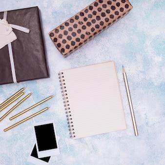 Geburtstagszubehör und leeres notizbuch