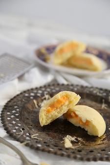 Gedämpfte brötchen mit käse gefüllt