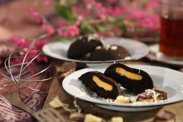Gedämpfte brötchen mit käse und schokolade gefüllt