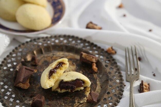 Gedämpfte brötchen mit schokolade gefüllt