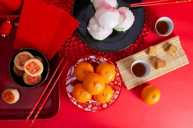 Gedämpfte brötchen, orangen, pfannen und tee für das chinesische neujahrsfest