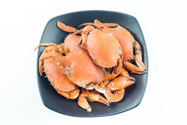 Gedämpfte krabbe auf einem schwarzen teller