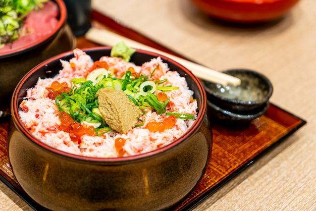 Gedämpfte krabbe roh auf reis. japanischer donburi