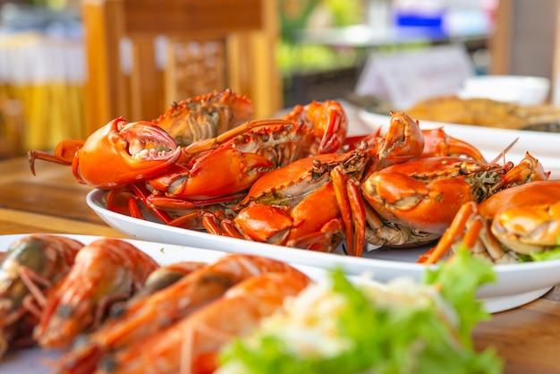 Gedämpfte krabben mit würziger soße der meeresfrüchte.