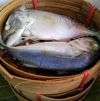 Gedämpfte makrele im bambuskorb, auf dem thailändischen markt.