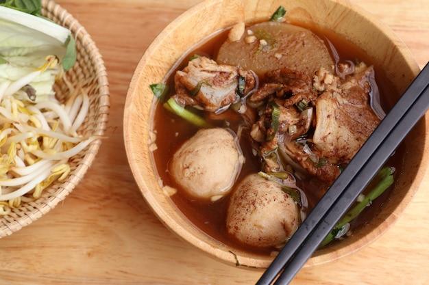 Gedämpfte schweinefleischsuppe mit fleischbällchen