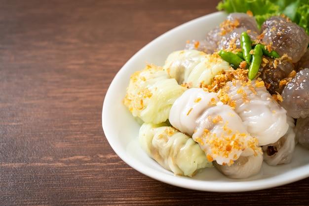 Gedämpfte tapioka-knödelbällchen mit schweinefleischfüllung undgedämpfte schweinereispakete