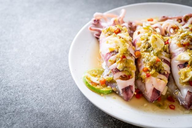 Gedämpfte tintenfische mit würzigem chili und zitronensauce