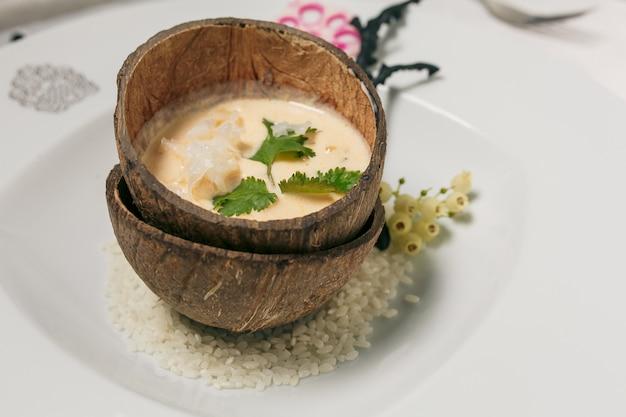 Gedämpfter brauner klebriger reis in der kokosschale, thailändisches traditionelles lebensmittel.