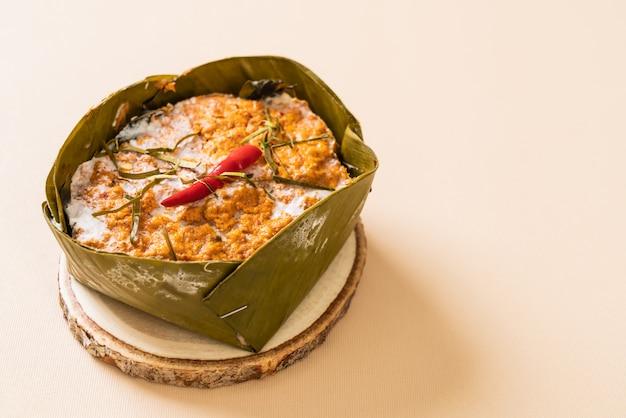 Gedämpfter fisch mit curry-paste