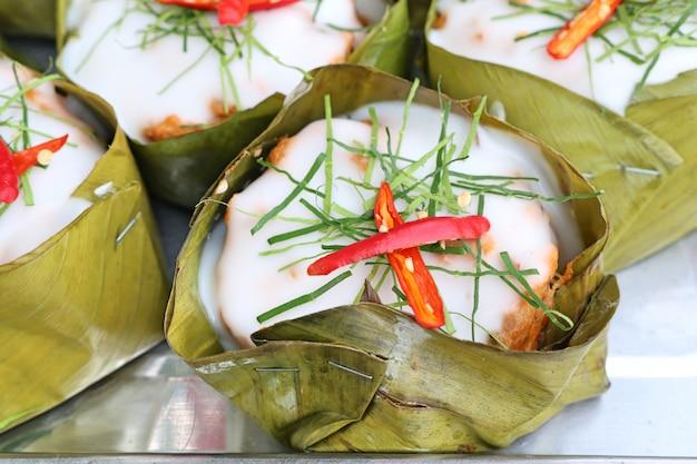 Gedämpfter fisch mit currypaste