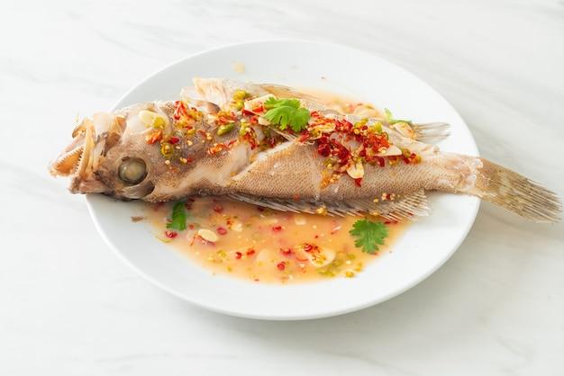 Gedämpfter zackenbarsch mit limette und chilis - asiatische küche