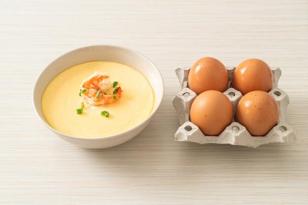 Gedämpftes ei mit garnelen und frühlingszwiebeln obenauf