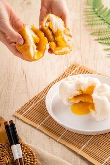 Gedämpftes gesalzenes ei baozi oder bakpao ist eine art von hefesäuerten gefüllten brötchen in der verschiedenen chinesischen küche