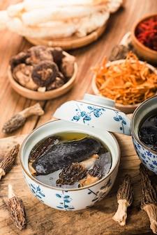 Gedämpftes huhn, chinesische küche