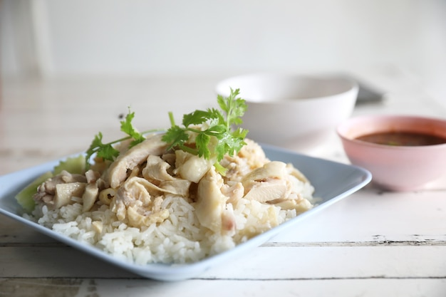 Gedämpftes huhn des thailändischen nahrungsmittelgourmet mit reis im holztisch