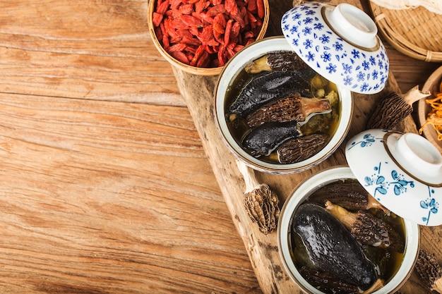 Gedämpftes huhn mit chinesischer morchelküche