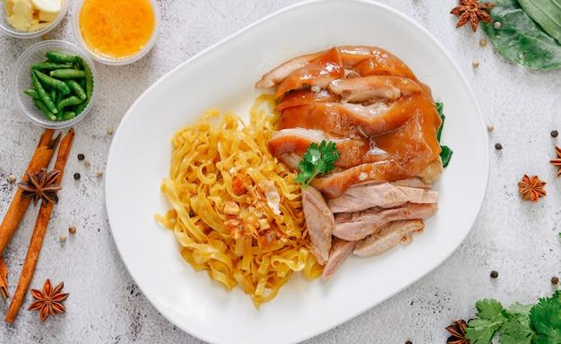 Gedämpftes schweinefleischbein auf nudel, berühmtes thailändisches lebensmittel.