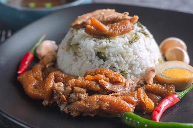 Gedämpftes schweinefleischbein auf reis-thailändischem rezept.